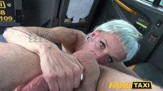 Umbla cu degetele la pizda foarte intens aceasta femeie blonda care isi doreste
