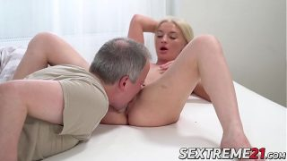 Profesor de sexologie care isi misca mainile pe sanii unei adolescente blonde care ii plac