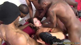 Barbati de culoare care fac o partida de sex in grup cu o tanara bruneta care are sanii
