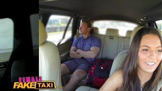 Un client dintr-un taxi de sex masculin care este abordat de o femeie frumoasa