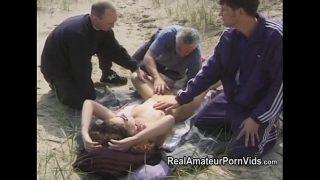 Un grup de barbati platesc o femeie matura pentru a face sex cu ei pe o plaja