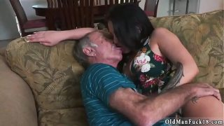 Bruneta care saruta foarte bine cand este in contact sexual cu un barbat batran pe care